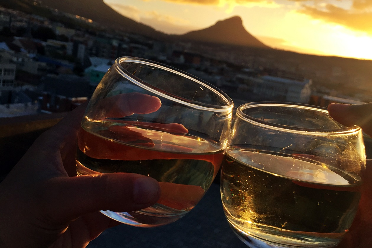 Einen Sonnenuntergang mit Wein zu genießen ist der perfekte Einstiegt für ein Wochenende in Kapstadt