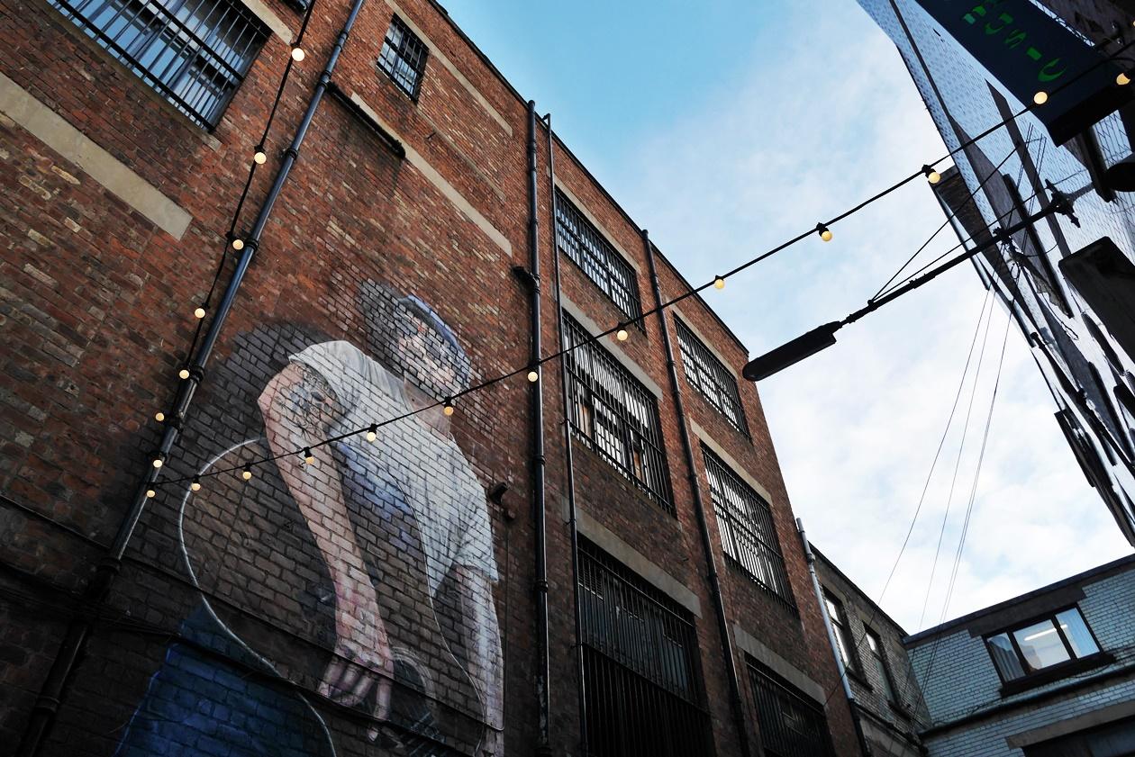 Musiker an einer Häuserwand entdeckt auf einer Streetart Tour durch Glasgow