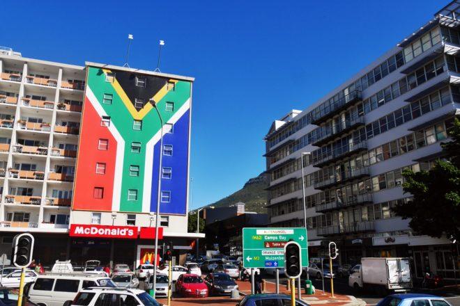 Flagge Südafrikas an einer Häuserwand