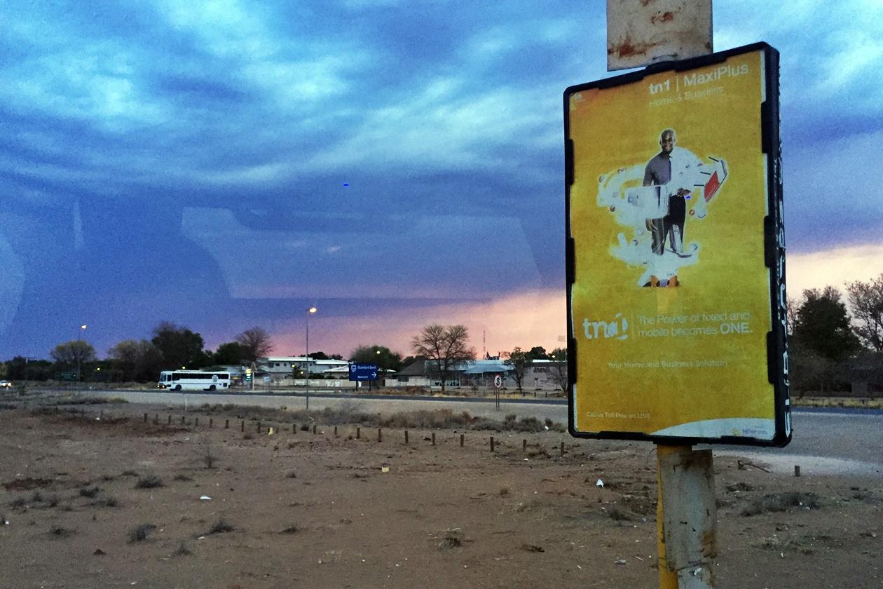 Gewitterstimmung in Mariental, Namibia auf der Fahrt mit dem Intercape Bus von Kapstadt nach Windhoek