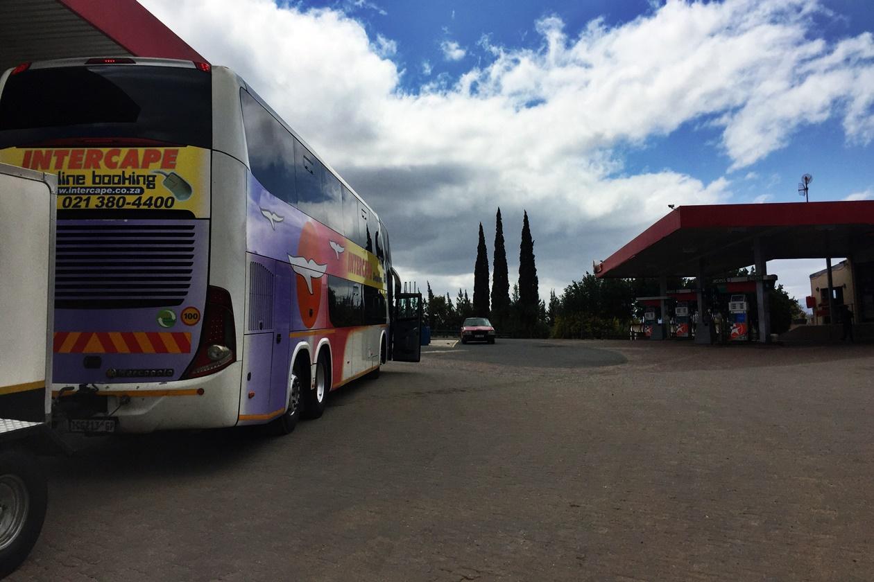 Tankstopp auf der Fahrt mit dem Intercape Bus von Kapstadt nach Windhoek