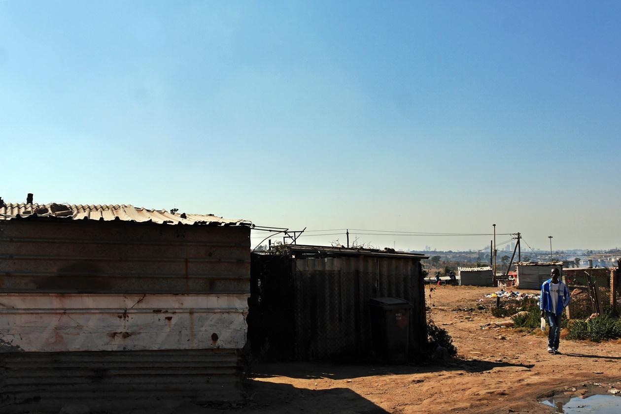 Wellblechhütten in Soweto mit Blick auf die Skyline von Johannesburg aufgenommen auf einer Fahrradttour mit Lebo´s Backpackers