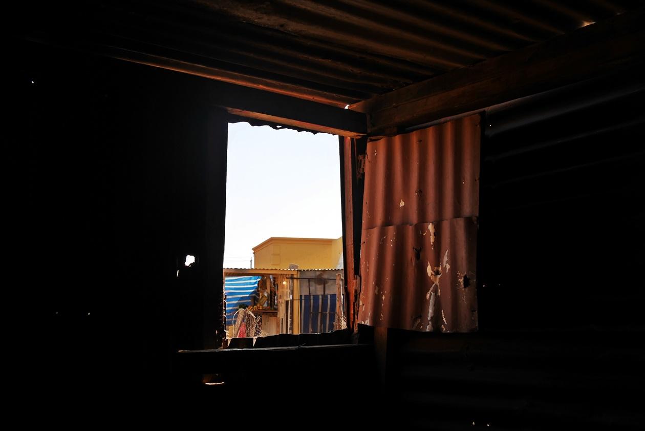 Blick aus einem Fenster auf eine Straße in Soweto, aufgenommen auf einer Fahrradtour mit Lebo´s Backpackers