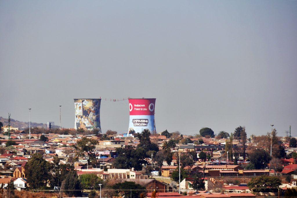 Blick auf die Kühltürme von Soweto aufgenommen auf einer Fahrradttour mit Lebo´s Backpackers