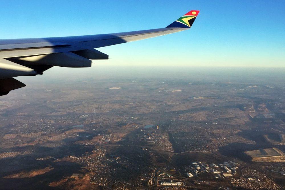 Blick aus dem Flugzeugfenster bei Langeweile auf langen Reisen