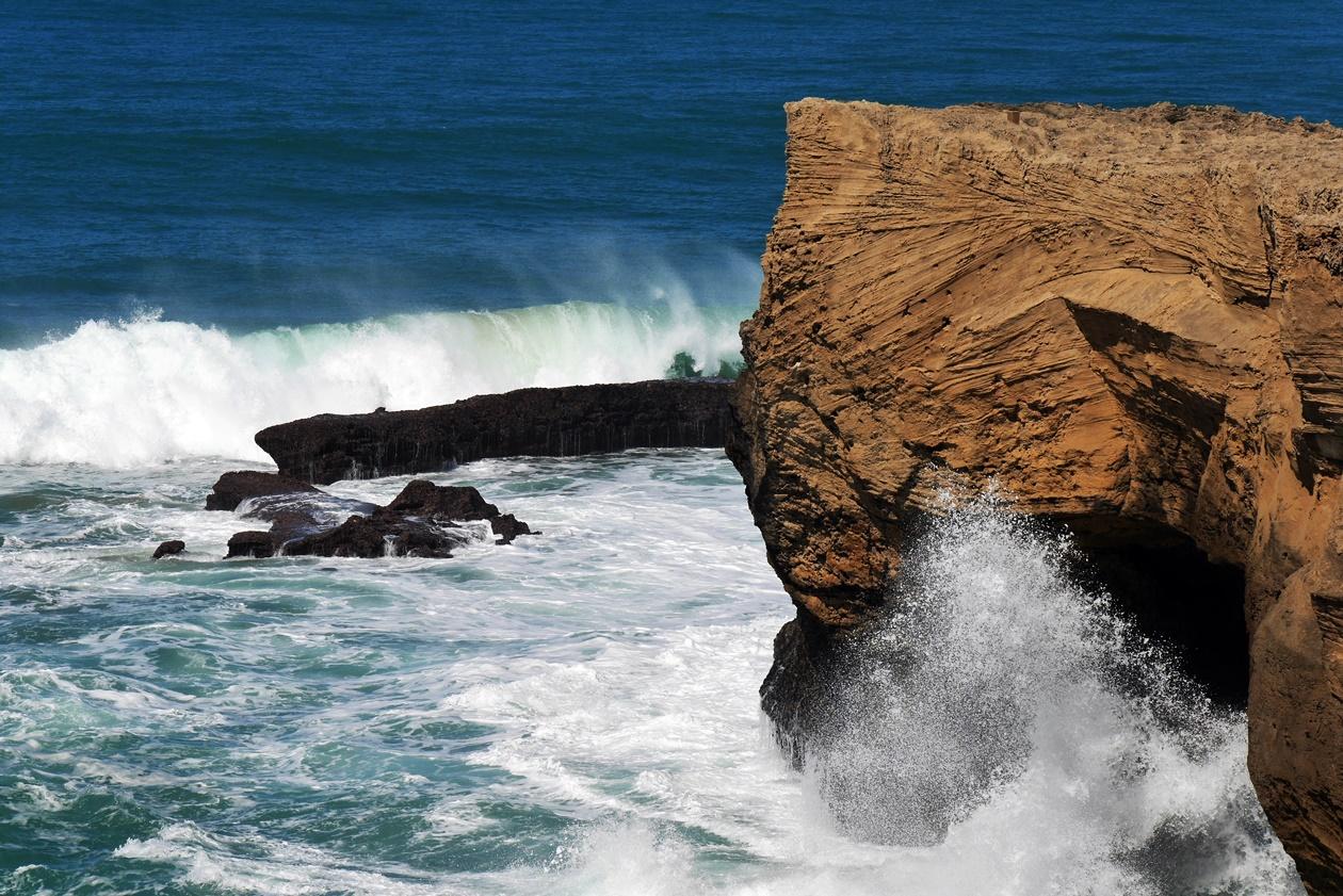 Klippen am rauen Atlantik beim Wandern auf der Rota Vicentina