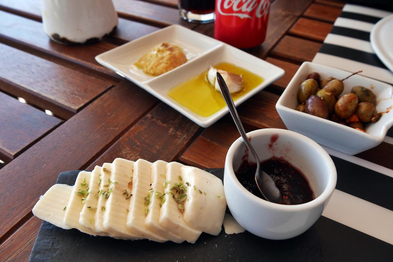 Essen im Restaurant beim Wandern auf der Rota Vicentina