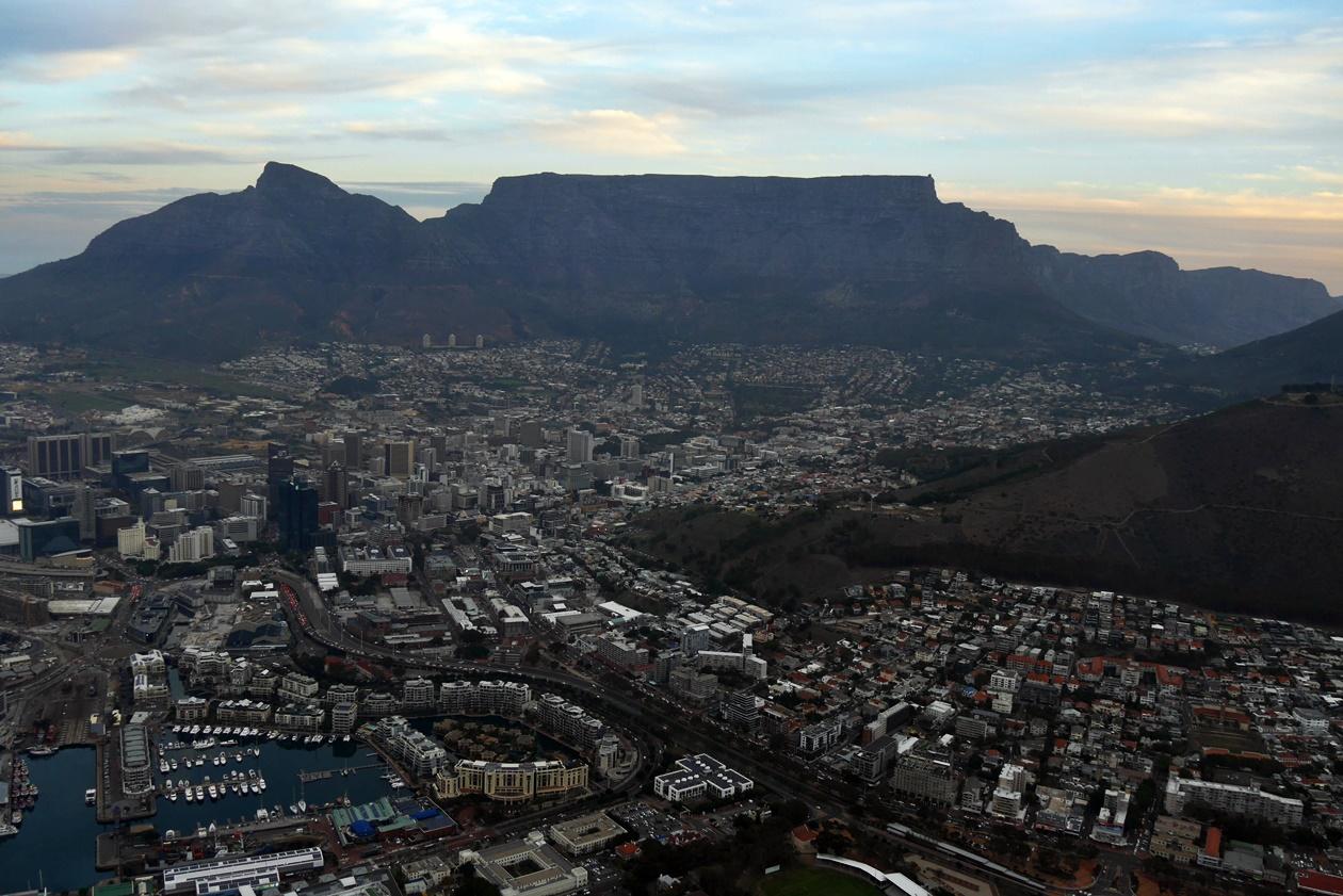 Blick aus dem Helikopter über die City Bowl von Kapstadt