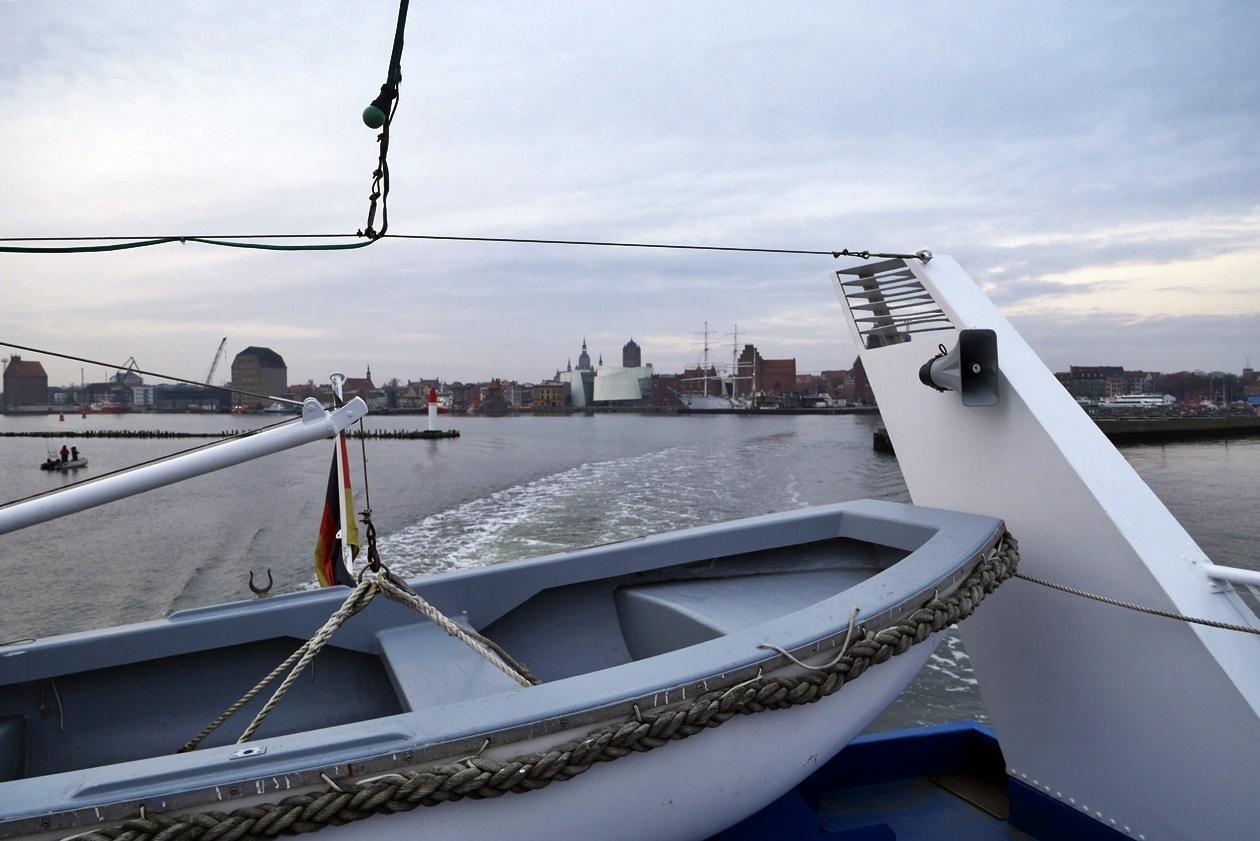 Verlassen des Hafens von Stralsund auf dem Weg mit der Fähre nach Hiddensee.