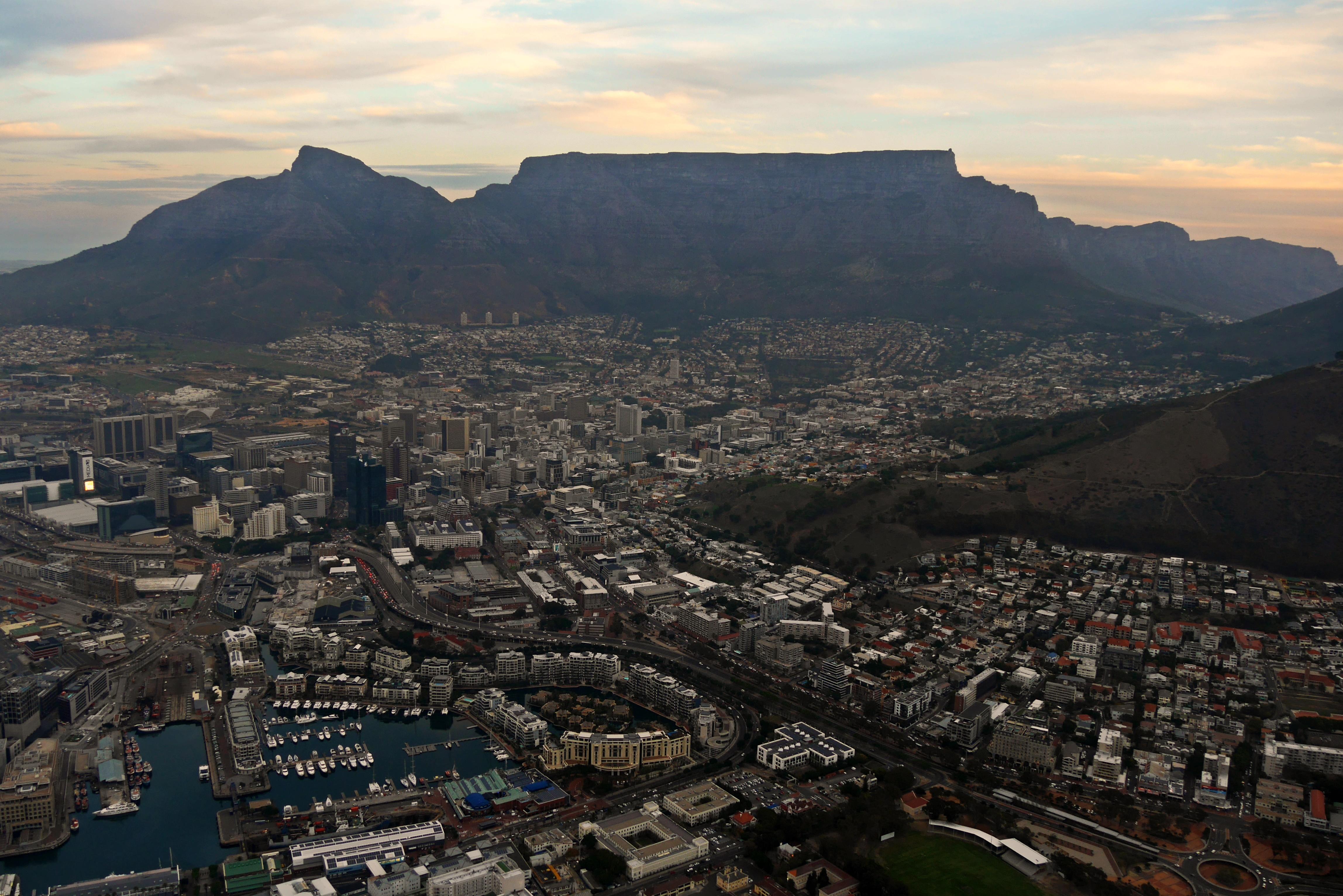 Blick aus dem Helikopter auf die City Bowl von Kapstadt