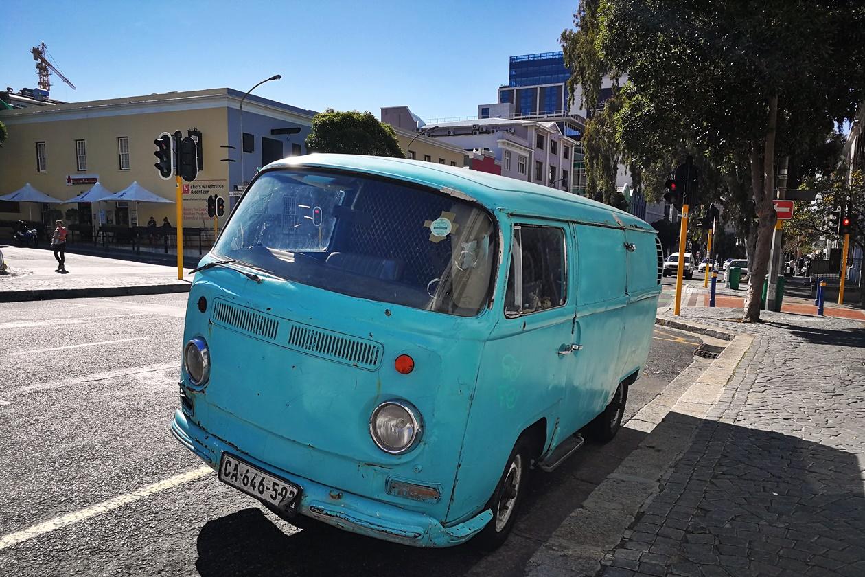 Blauer VW Bulli auf der Bree Street in Kapstadt