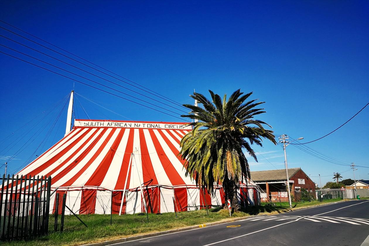 Rotes Zirkuszelt in Observatory Kapstadt
