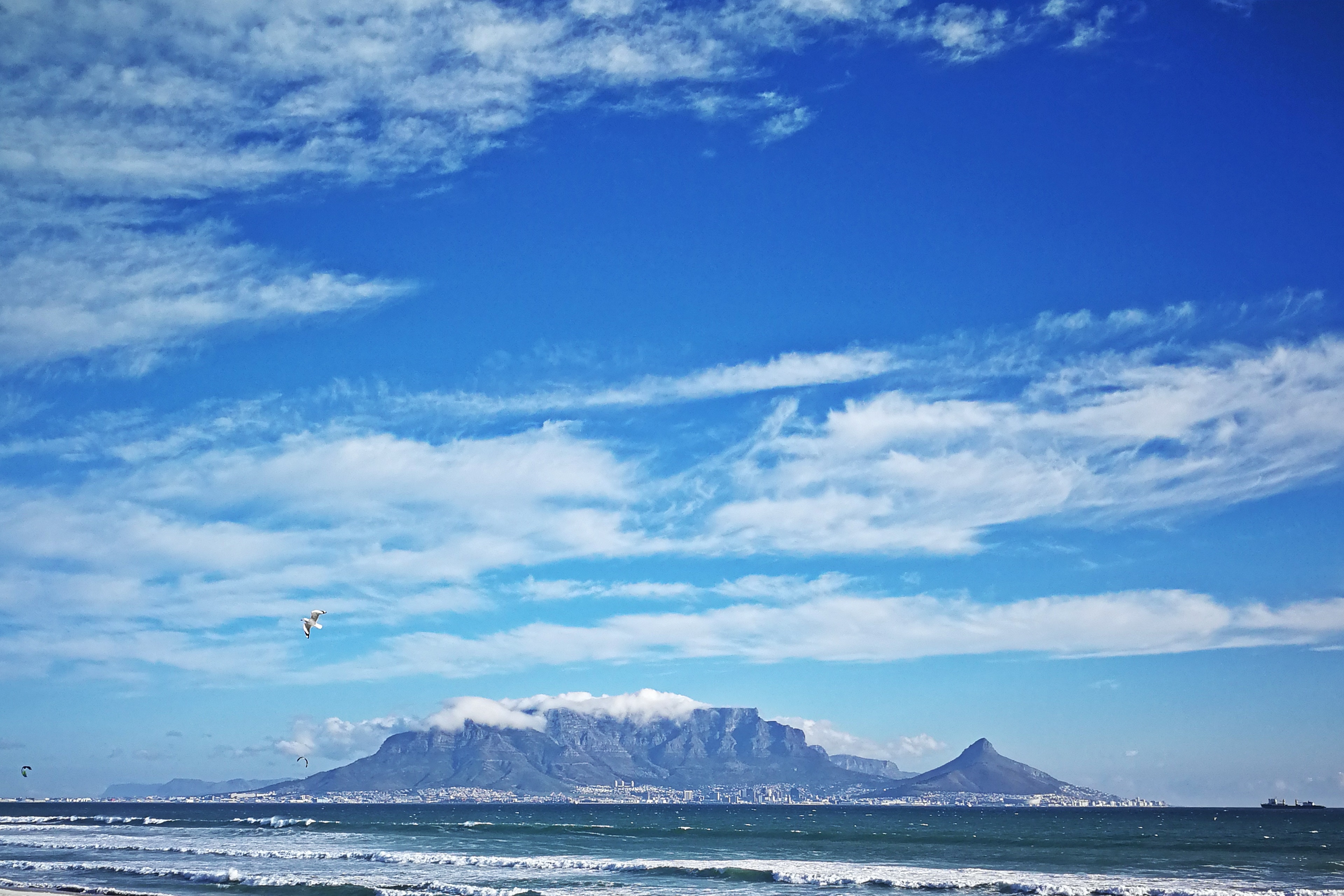 Blick auf die City Bowl von Kapstadt und den Tafelberg vom Blouberg Beach aus