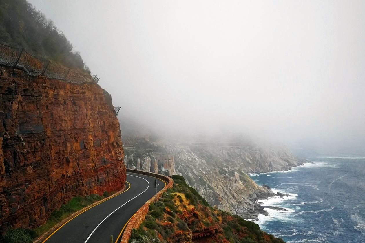 Chapmans Peak Drive bei Kapstadt im Nebel