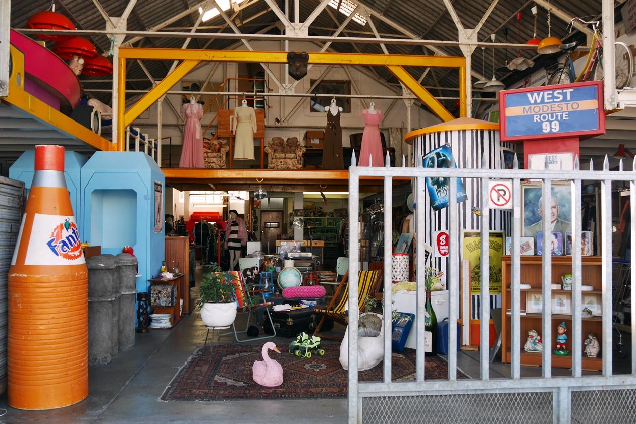 Blick in ein Secondhand Geschäft in Woodstock, Kapstadt