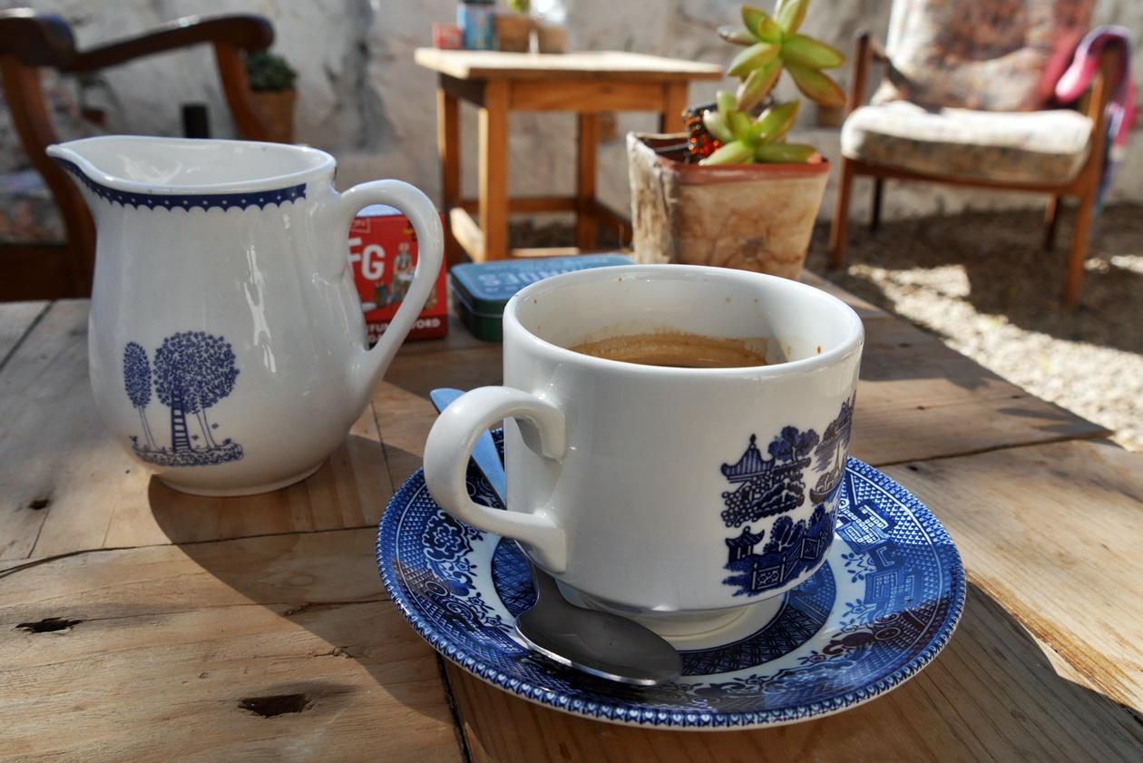 Eine Tasse Kaffee in Paternoster, an der Westküste Südafrikas