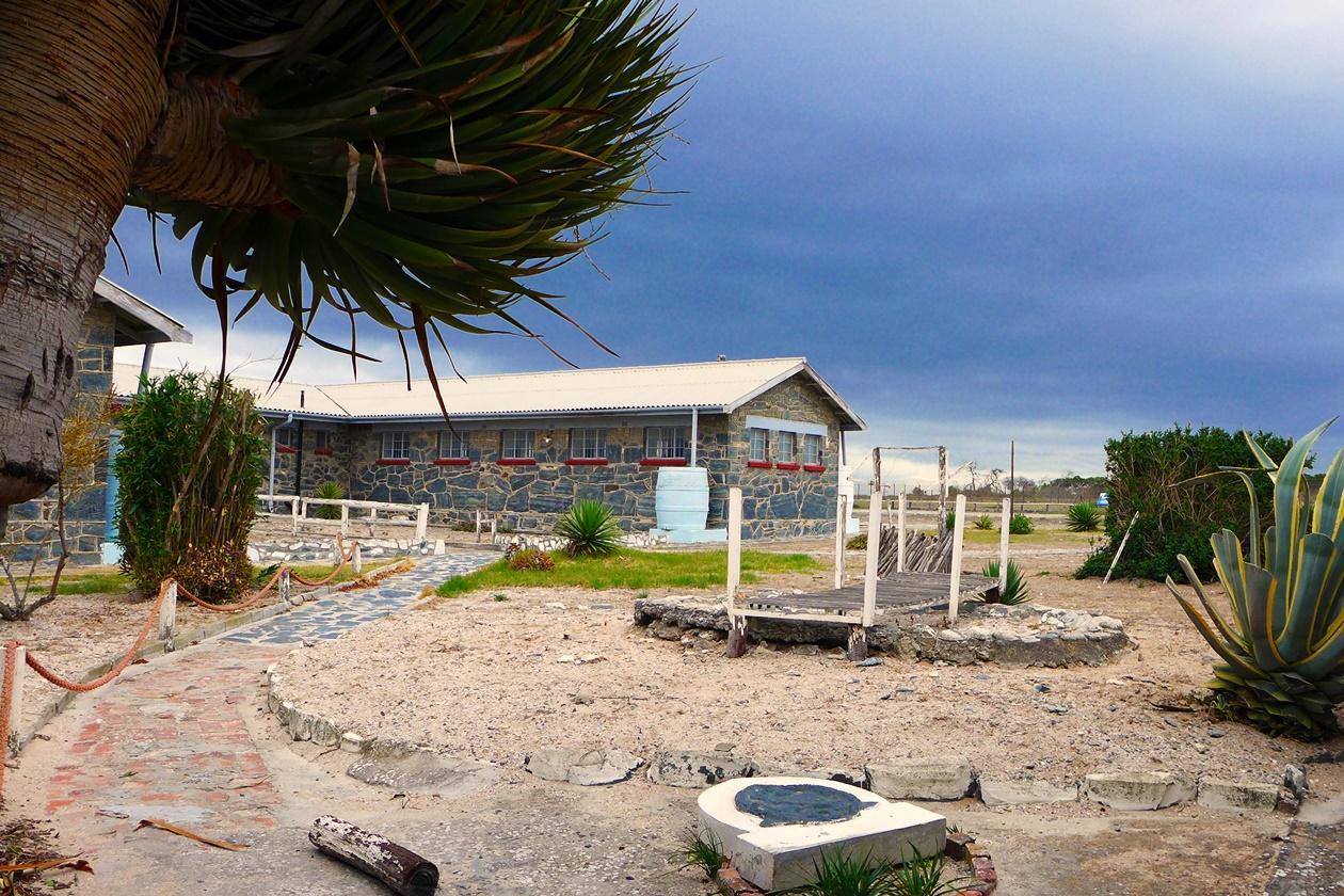Gebäude auf der ehemaligen Gefägnisinsel Robben Island vor Kapstadt