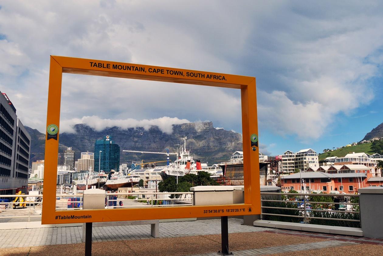 Gelber Rahmen an der Waterfront in Kapstadt mit Blick auf den Tafelberg