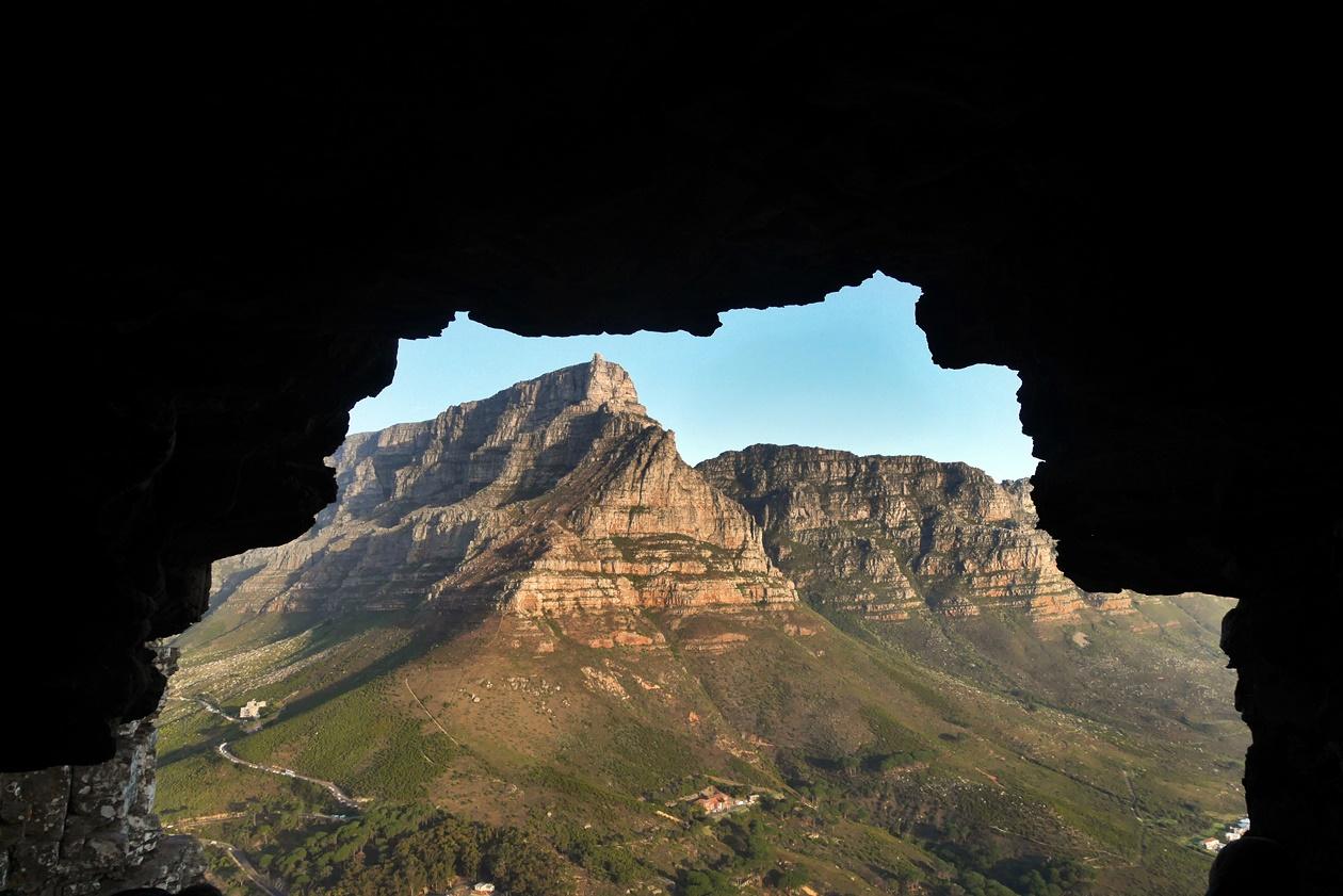 Höhle am Lions Head mit Blick auf den Tafelberg in Kapstadt