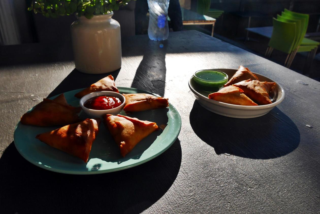 Samosas sind ein typisches Cape Malayen essen, welches man in Kapstadt genießen kann.