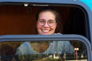 Lieschenradieschen schaut aus dem Zugfenster des Shosholoza Meyls