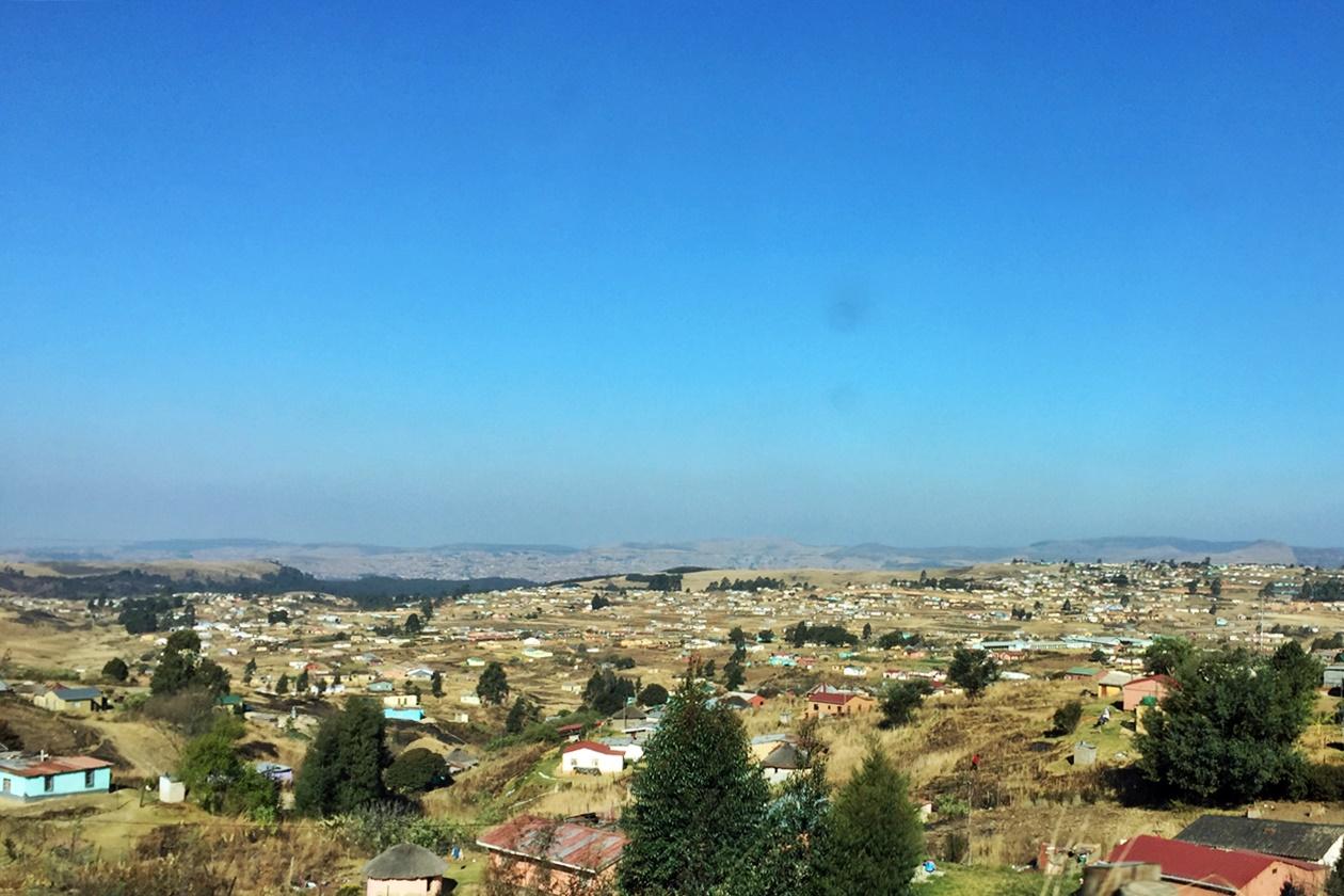Dorf auf der Fahrt von den südlichen in die nördlichen Drakensberge