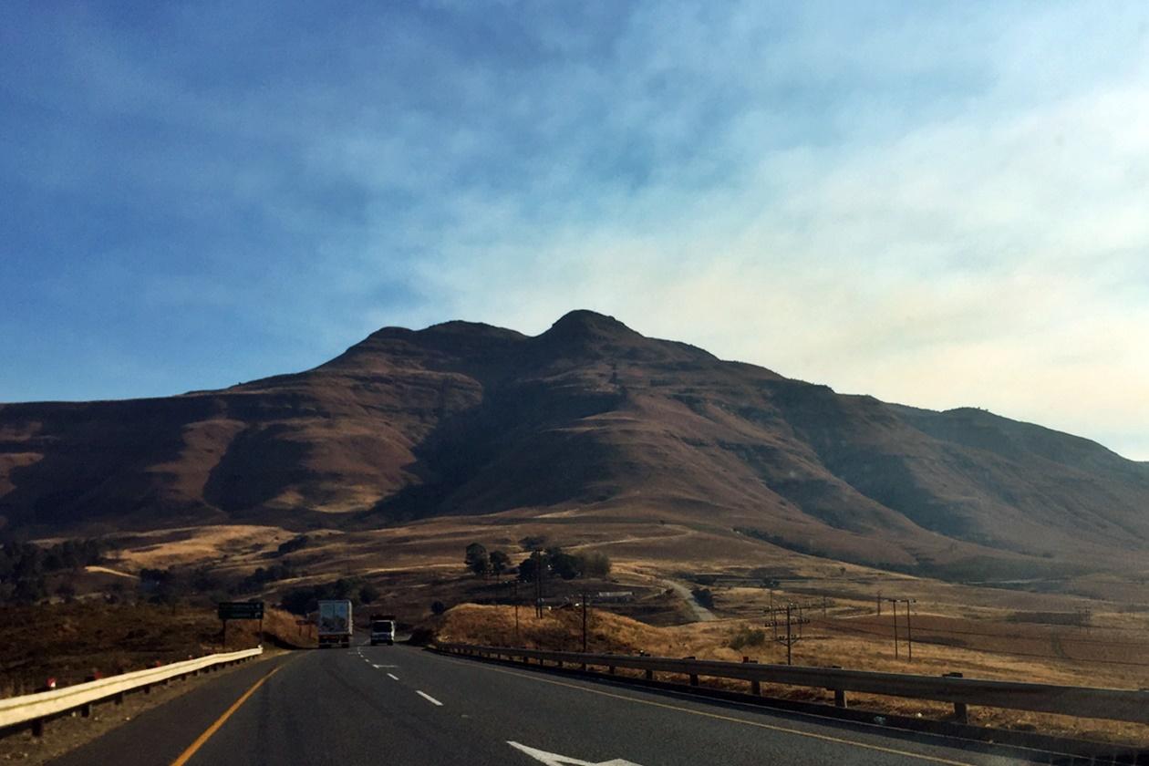 Blick aus dem Autofenster auf die Drakensberge