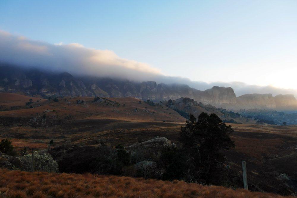 Sonnenaufgang in den Drakensberge in Südafrika