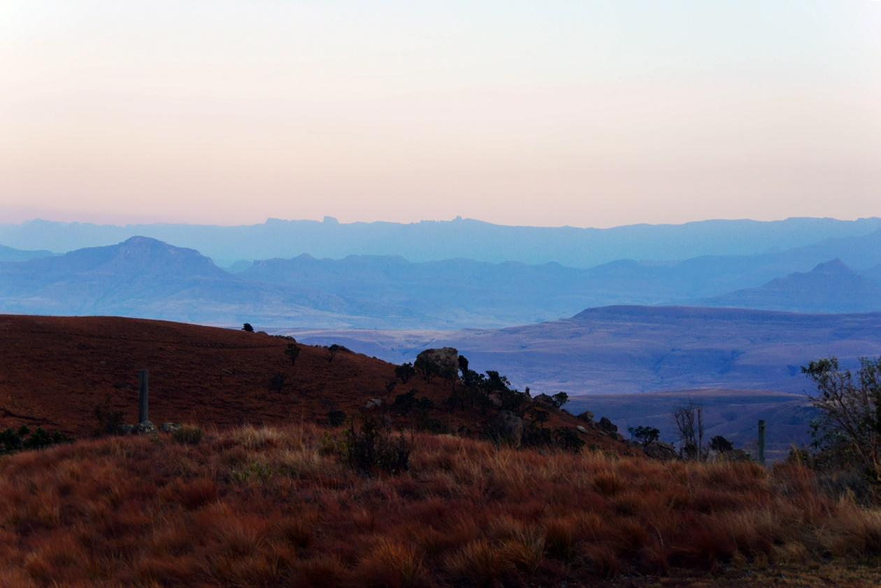 Drakensberge in Südafrika im letzten Licht des Tages