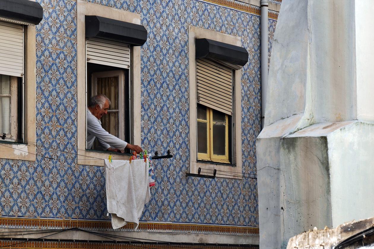 Bewohner Lissabons hängt Wäsche auf