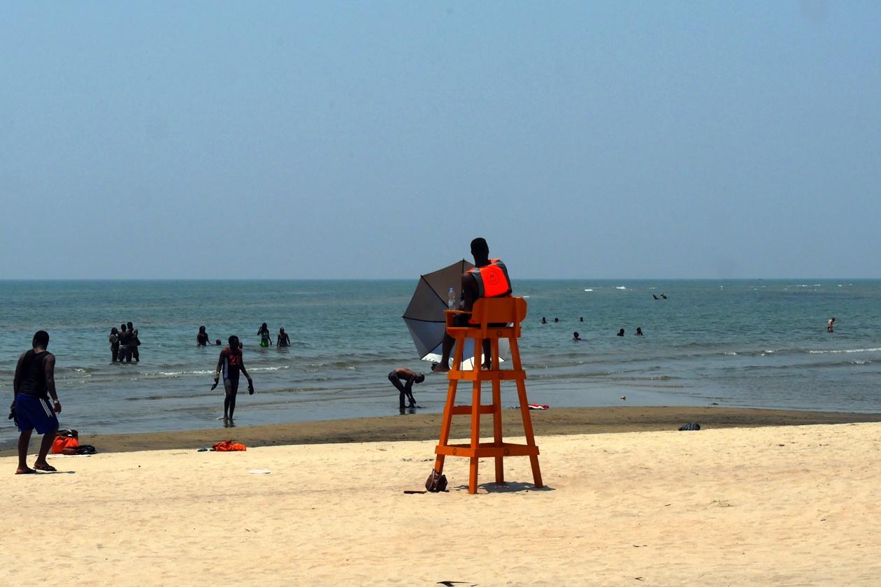 Ein Bademeister am Malawi See achtet auf Gesundheit auf Reisen