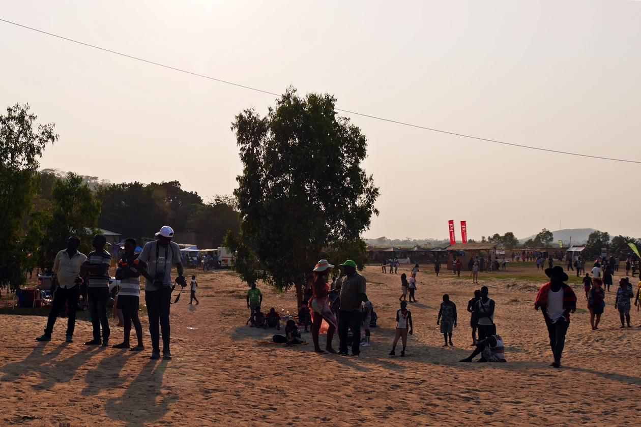 Blick über das sandige Festival Gelände des Lake of Stars Festival in Malawi