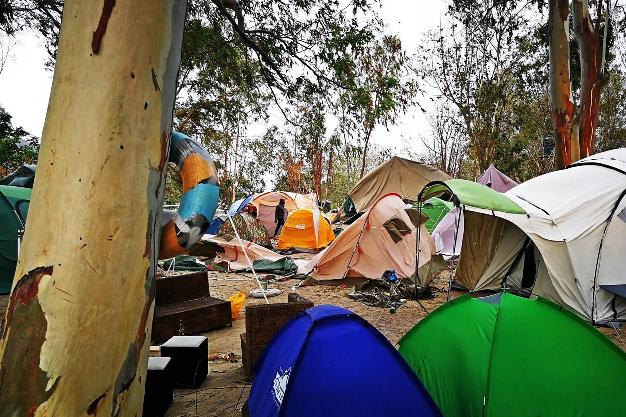 Blick über durch den Sandsturm zerstörte Zelte auf dem Lake of Stars Festival in Malawi