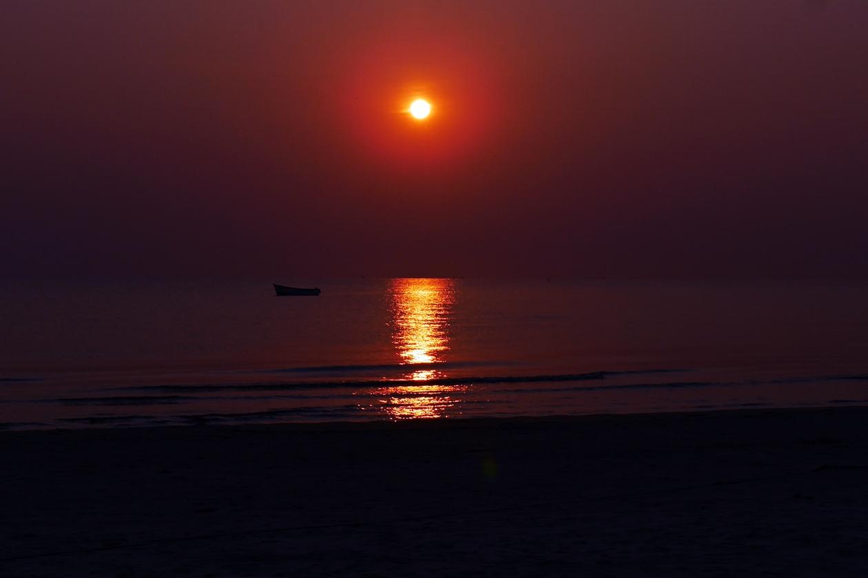 Sonnenaufgang über dem Malawisee mit Fischerboot