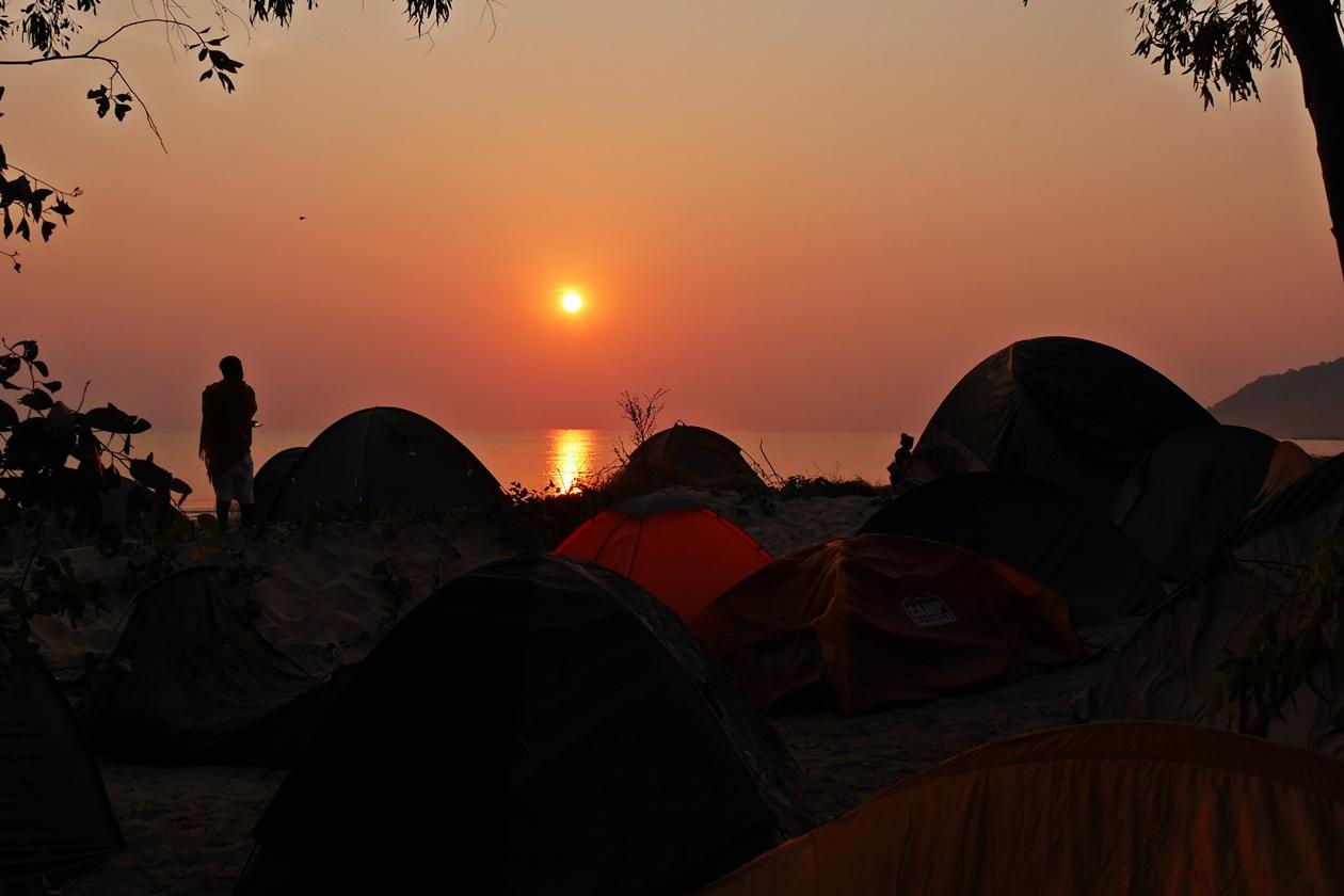 Sonnenaufgang über dem Malawisee mit Blick auf den Zeltplatz des Lake of Stars Festivals