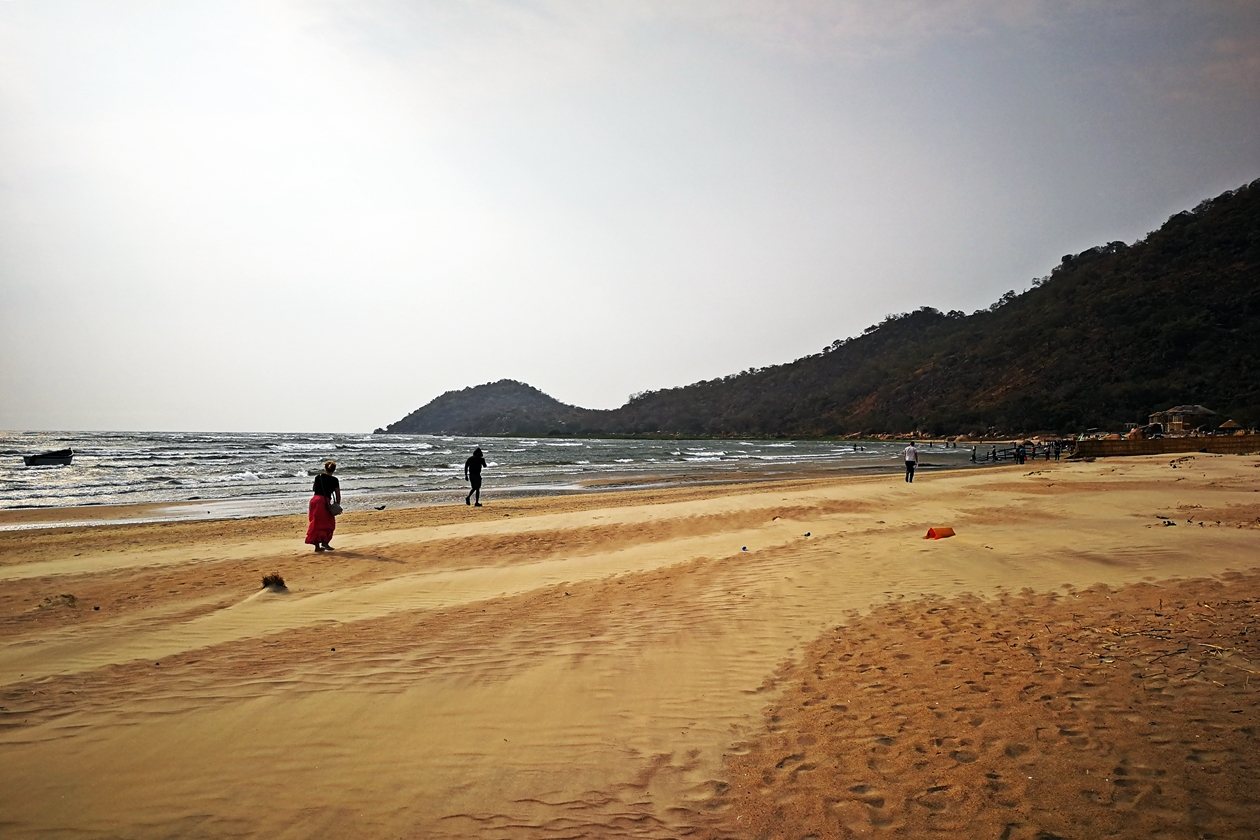 Sand fegt über den Strand am Malawisee