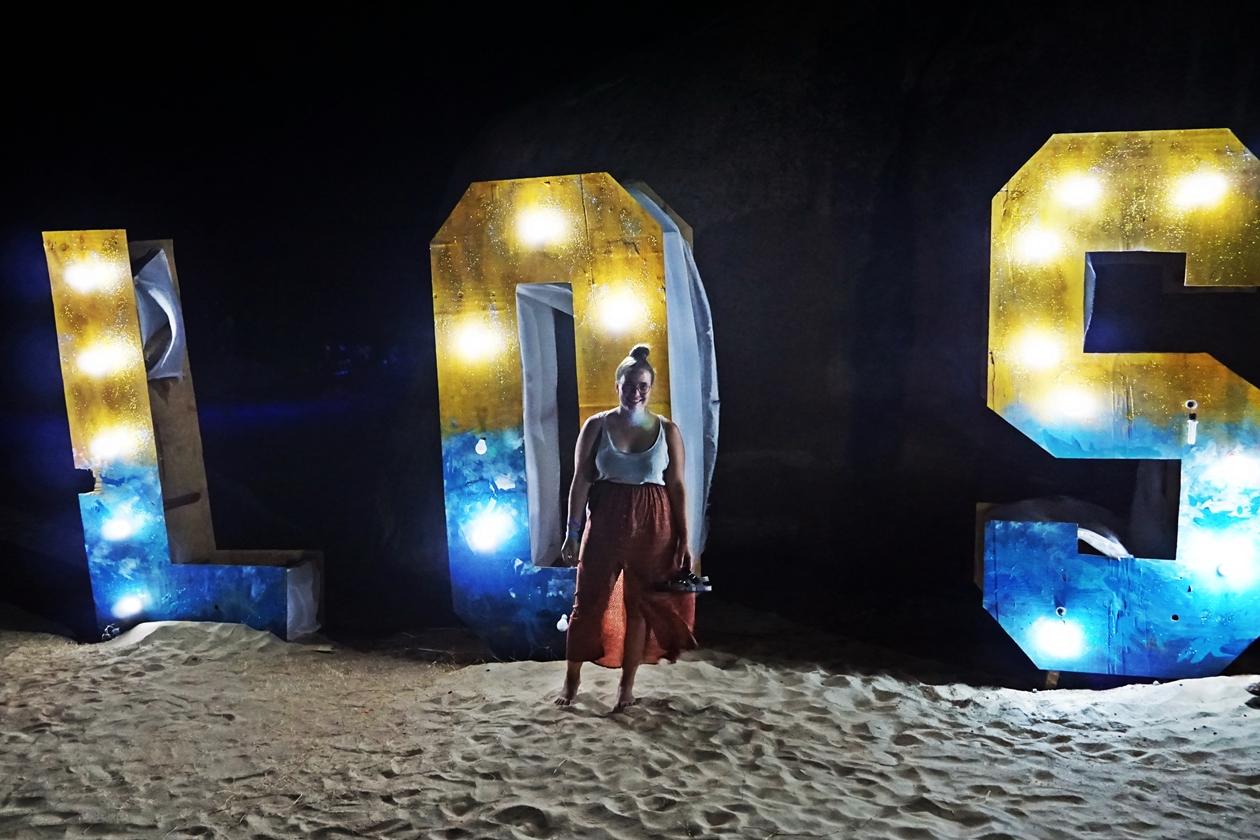 Lynn vor den Buchstaben L O S auf dem Lake of Stars Festival in Malawi