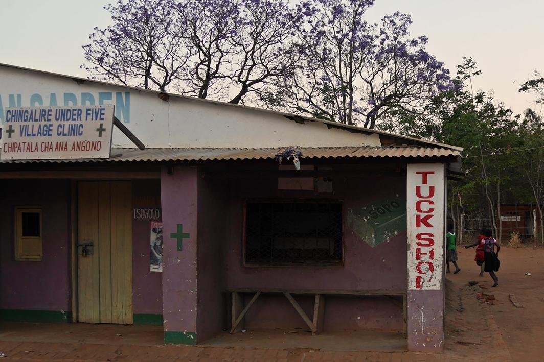 Gesundheitsstation in einem Dorf in Malawi. Durch eine World Vision Kinderpatenschaft wird es in den unterschiedlichen Projektregionen möglich, Gesundheitsstationen zu bauen.