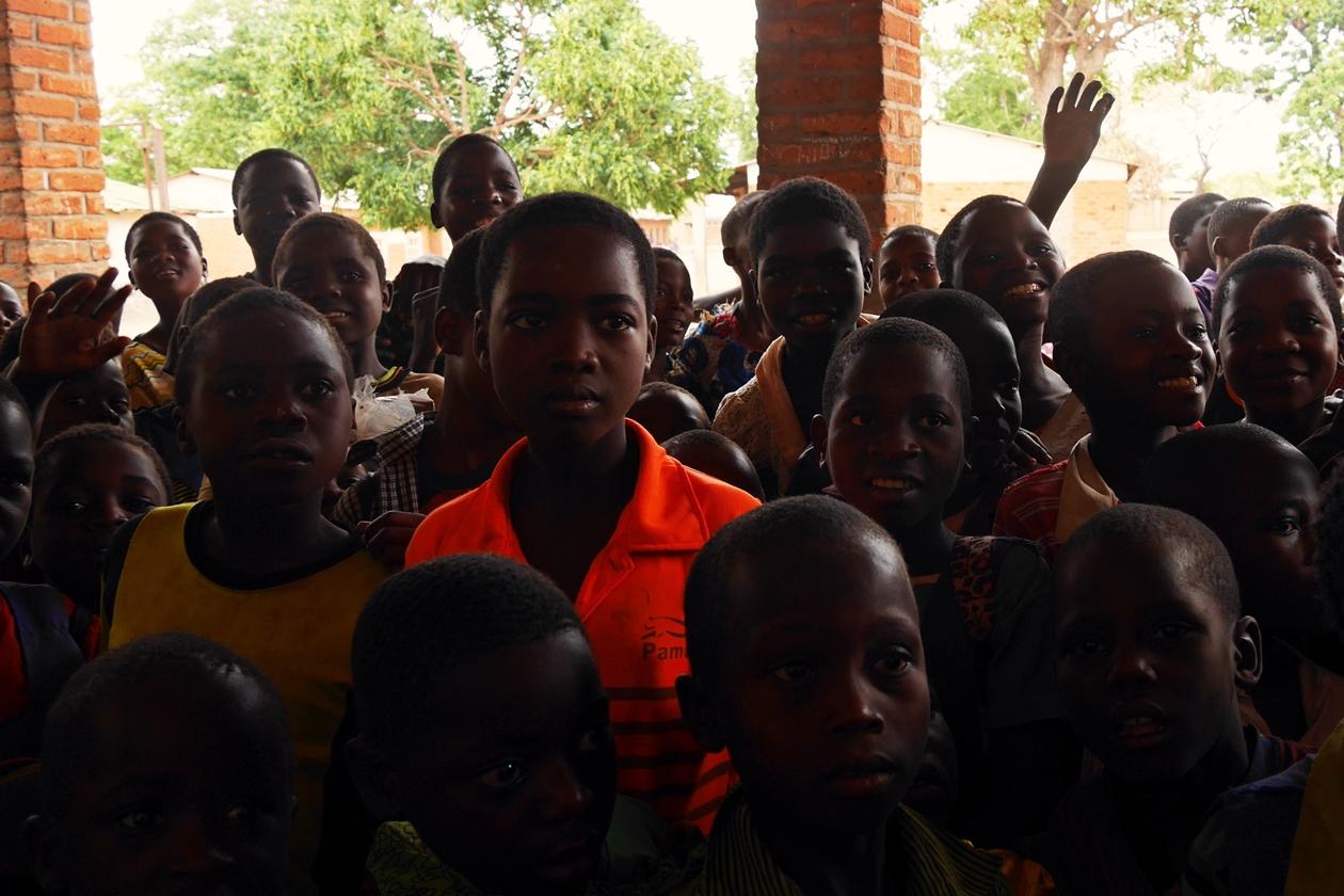Kinder an einer Schule in Malawi. Durch eine World Vision Kinderpatenschaft wird es Jungen und Mädchen ermöglicht regelmäßig zur Schule zu gehen.