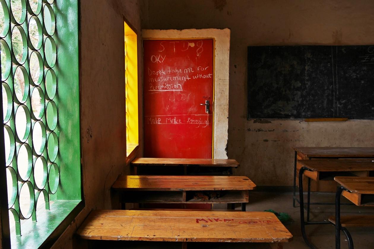 Klassenzimmer einer staatlichen Schule in Malawi. Durch eine World Vision Kinderpatenschaft wird es Jungen und Mädchen ermöglicht regelmäßig zur Schule zu gehen.