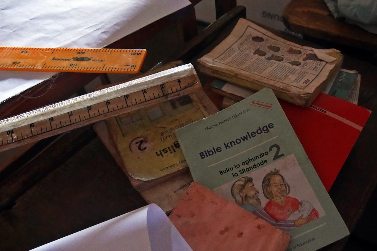 Schulhefte an einer staatlichen Schule in Malawi. Durch eine World Vision Kinderpatenschaft wird es Jungen und Mädchen ermöglicht Unterrichtsmaterialien zu kaufen und so aktiv am Unterrich teilzunehmen.