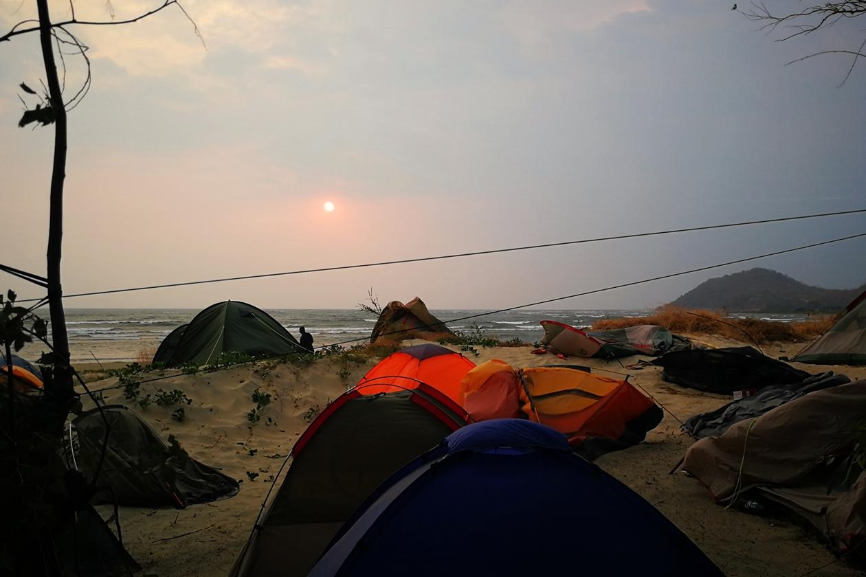 Kaputte Zelte nach einem Sandsturm am Malawisee, als Beitrag zum Thema Krasse Sache der Fotoparade 2/2018