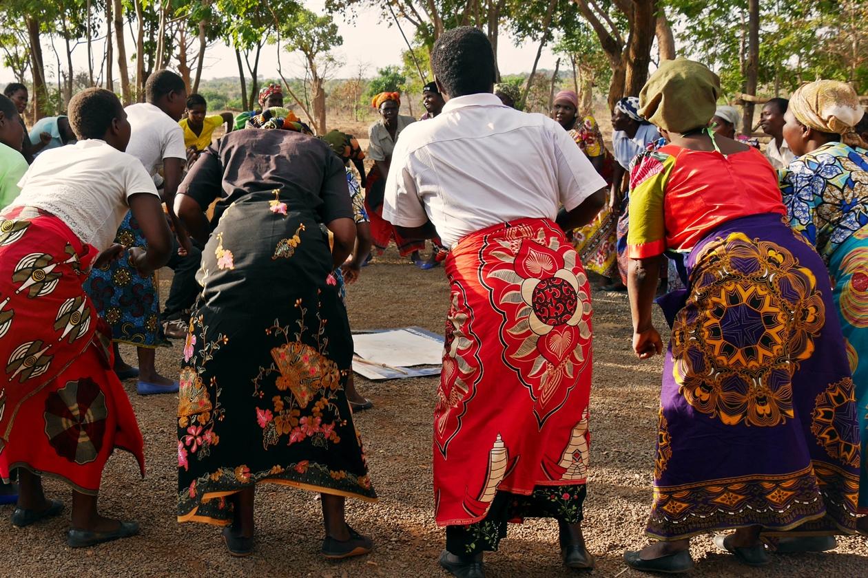 Frauen in den landestypischen Chitenji Röcken Malawis