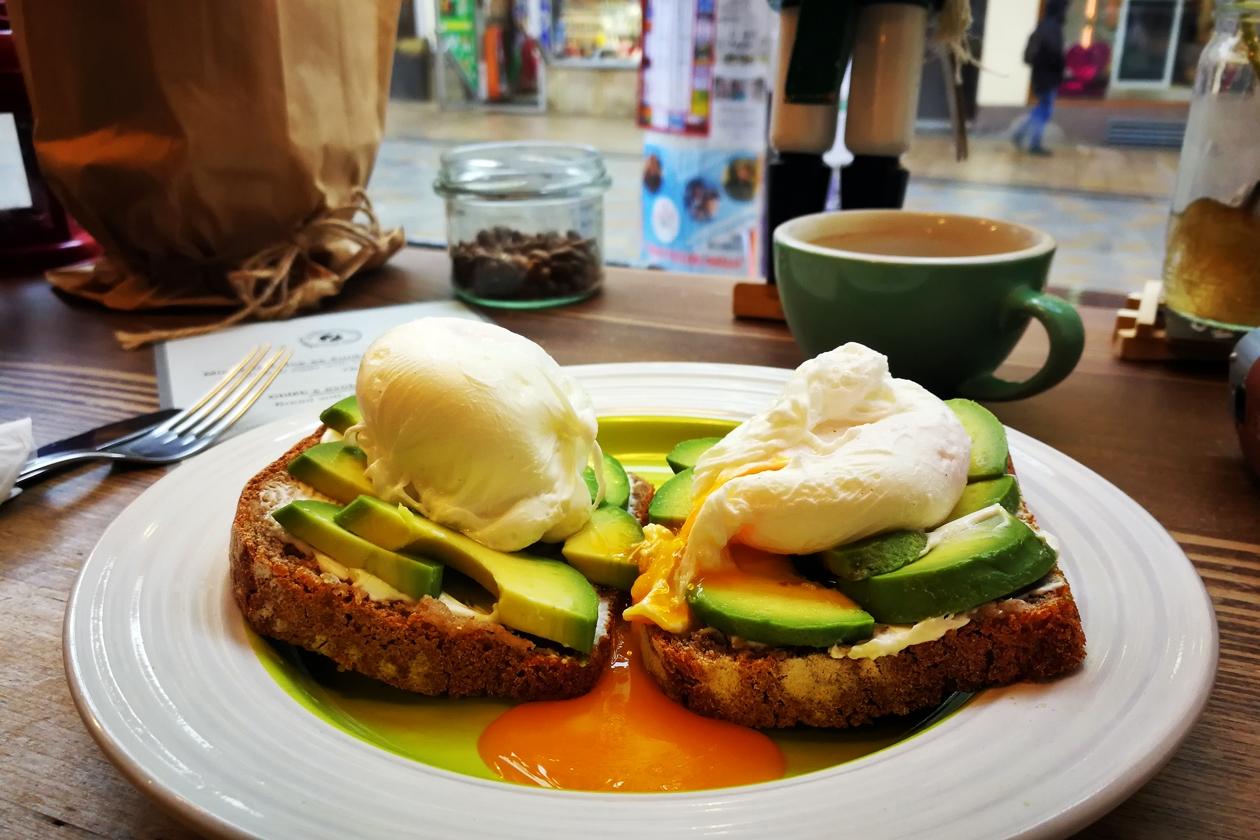 Avocado-Ei-Brot im Coffee Republica in Karlsbad