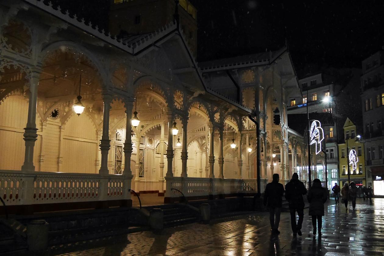 Kolonnaden in Karlsbad bei Nacht