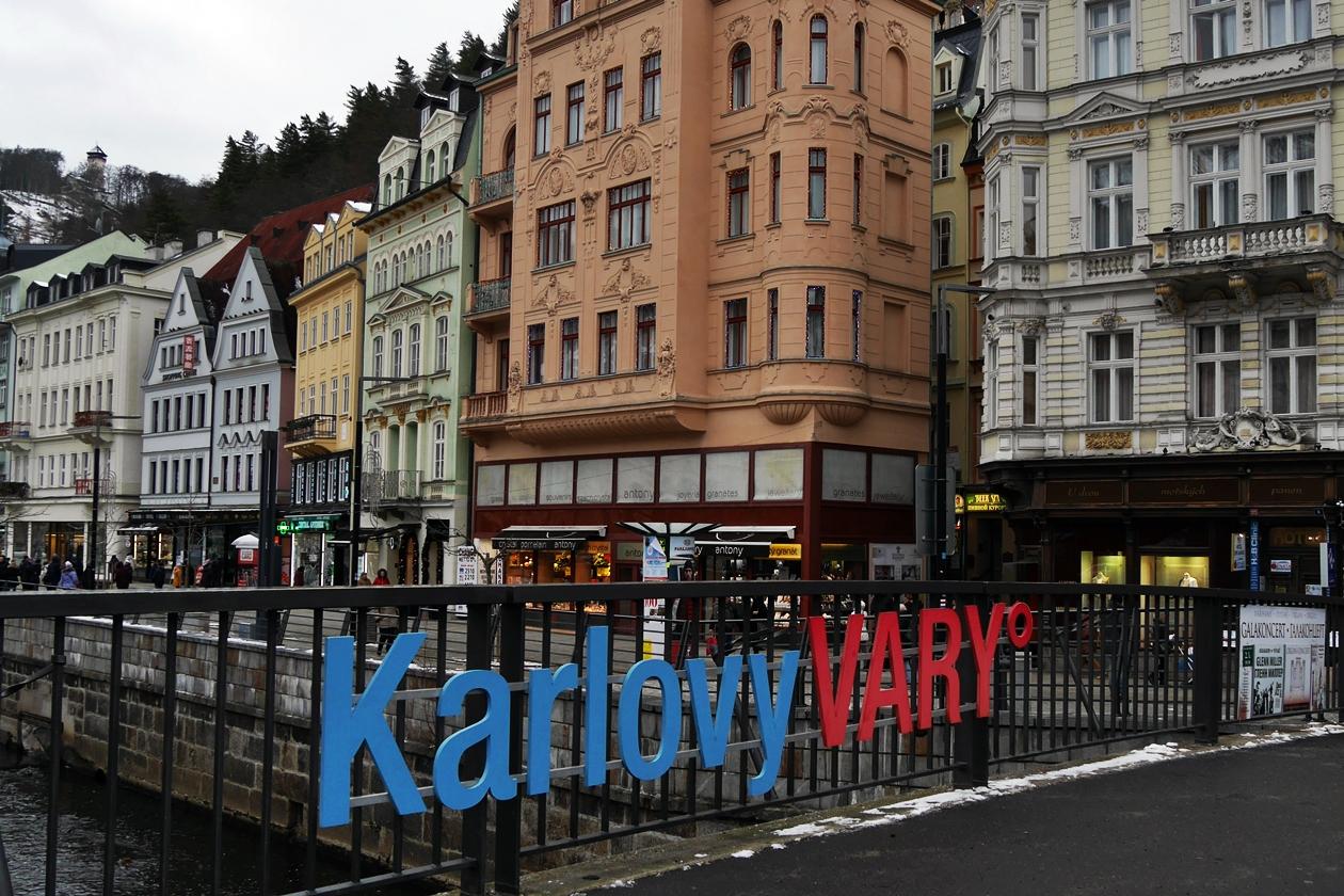 Schriftzug Karlovy Vary an einer Brücke in Karlsbad