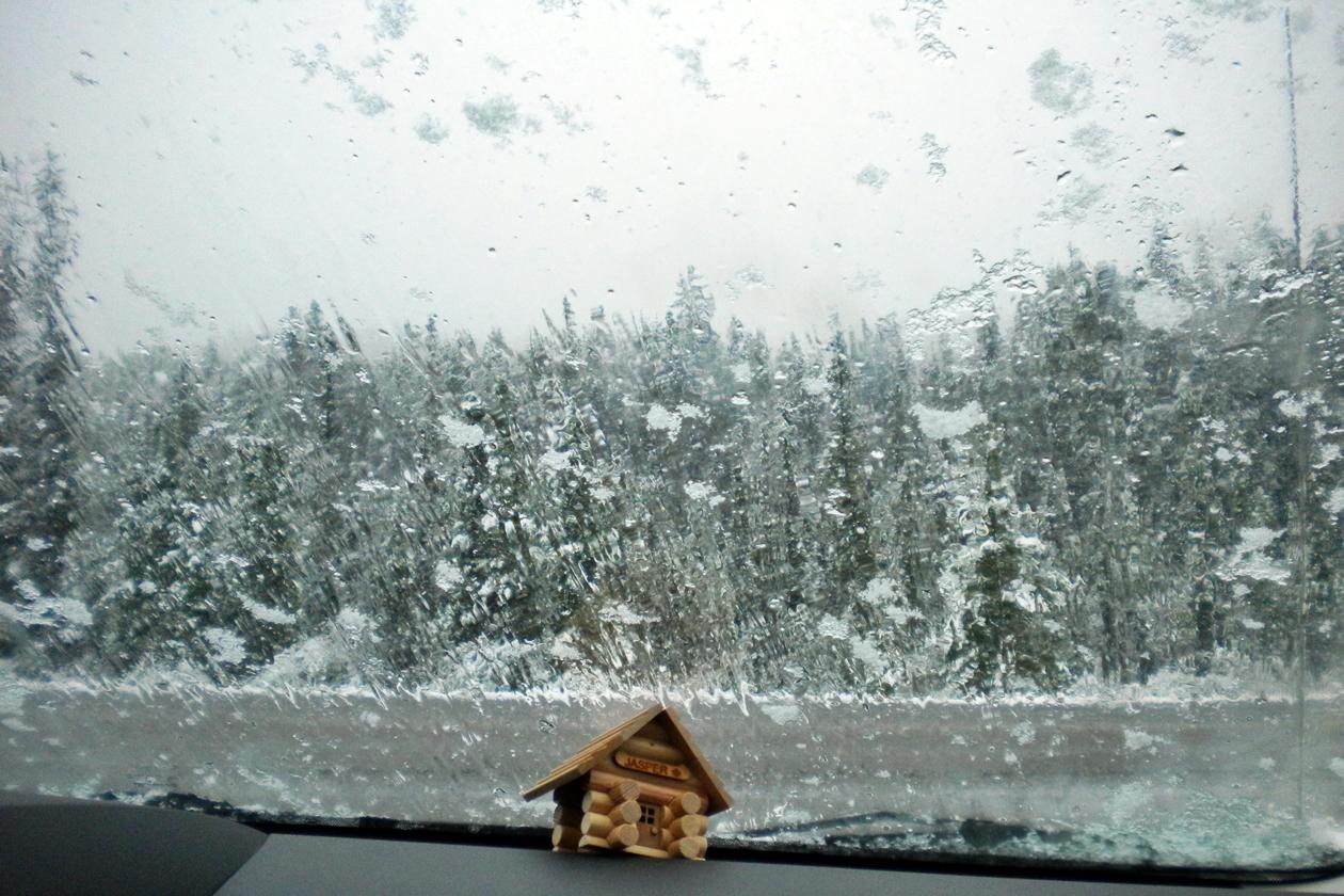 Schneefall auf einem Highway in Kanada
