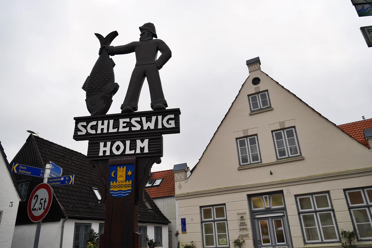 Makierung zum Beginn der Fischersiedlung Holm, einem Stadtteil Schleswigs