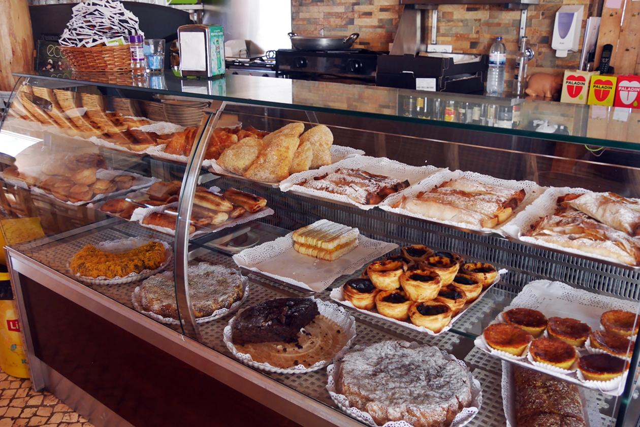 Auslage einer Bäckerei in Rogil auf dem Historical Way in Portugal