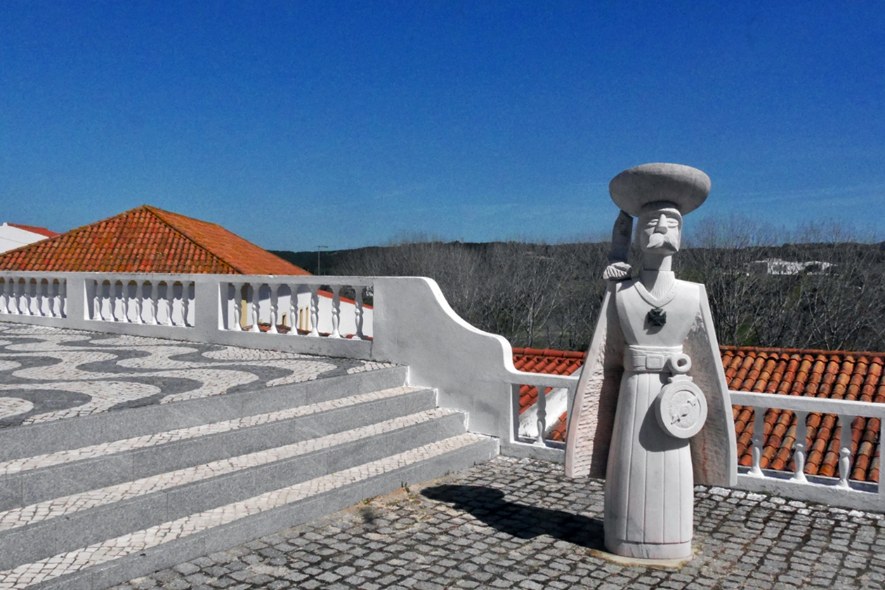 Statur in Aljezur am Historical Way in Portugal